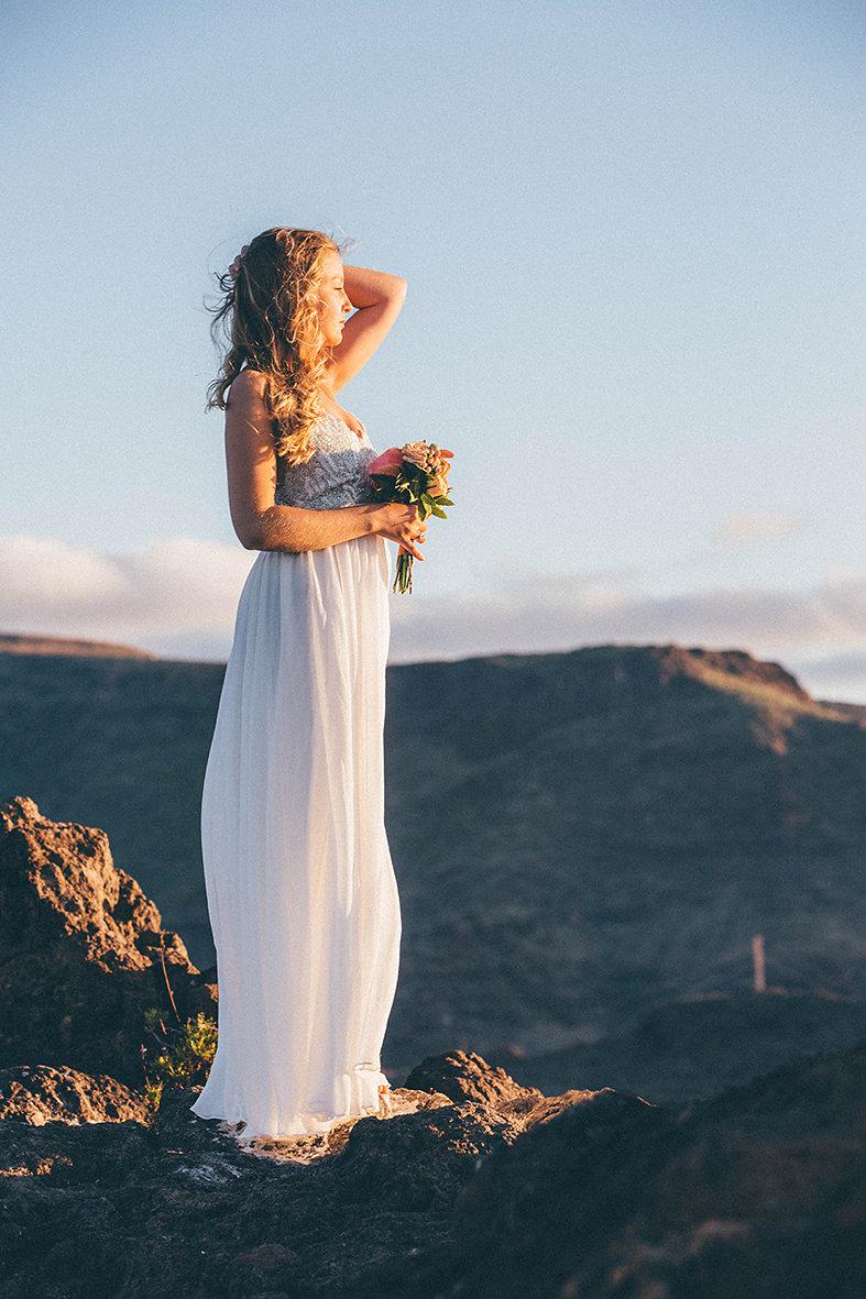 Braut an Felsenküste La Gomeras mit weißem Brautkleid